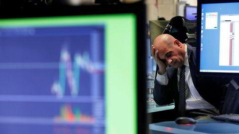 Det har vært en fryktelig start på uken på de amerikanske børsene. Her fortviler en megler på New York-børsen (Nyse) tirsdag kveld.