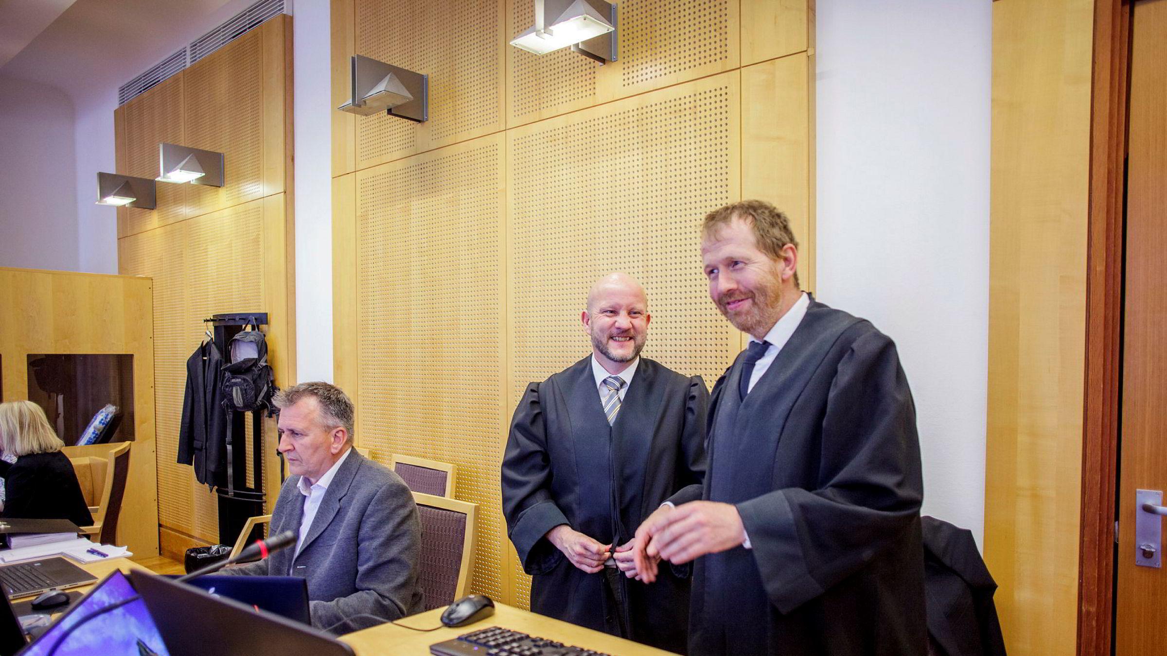 Aktor Geir Evanger (i midten) og medaktor Peter Andre Johansen (t.h.) mener det meste av det som skjedde i butikkene til Sajid Hussain var ulovlig og legger ned påstand om inndragning av 90 millioner kroner som de mener er kriminelt utbytte.