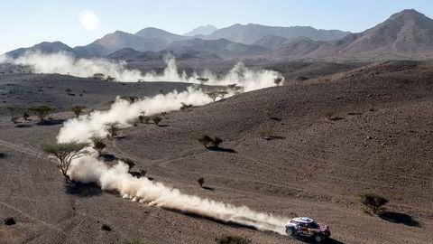 Den spanske rallylegenden Carlos Sainz og kartleser Lucas Cruz leder konkurransen for biler. De kjører i en modifisert Mini.