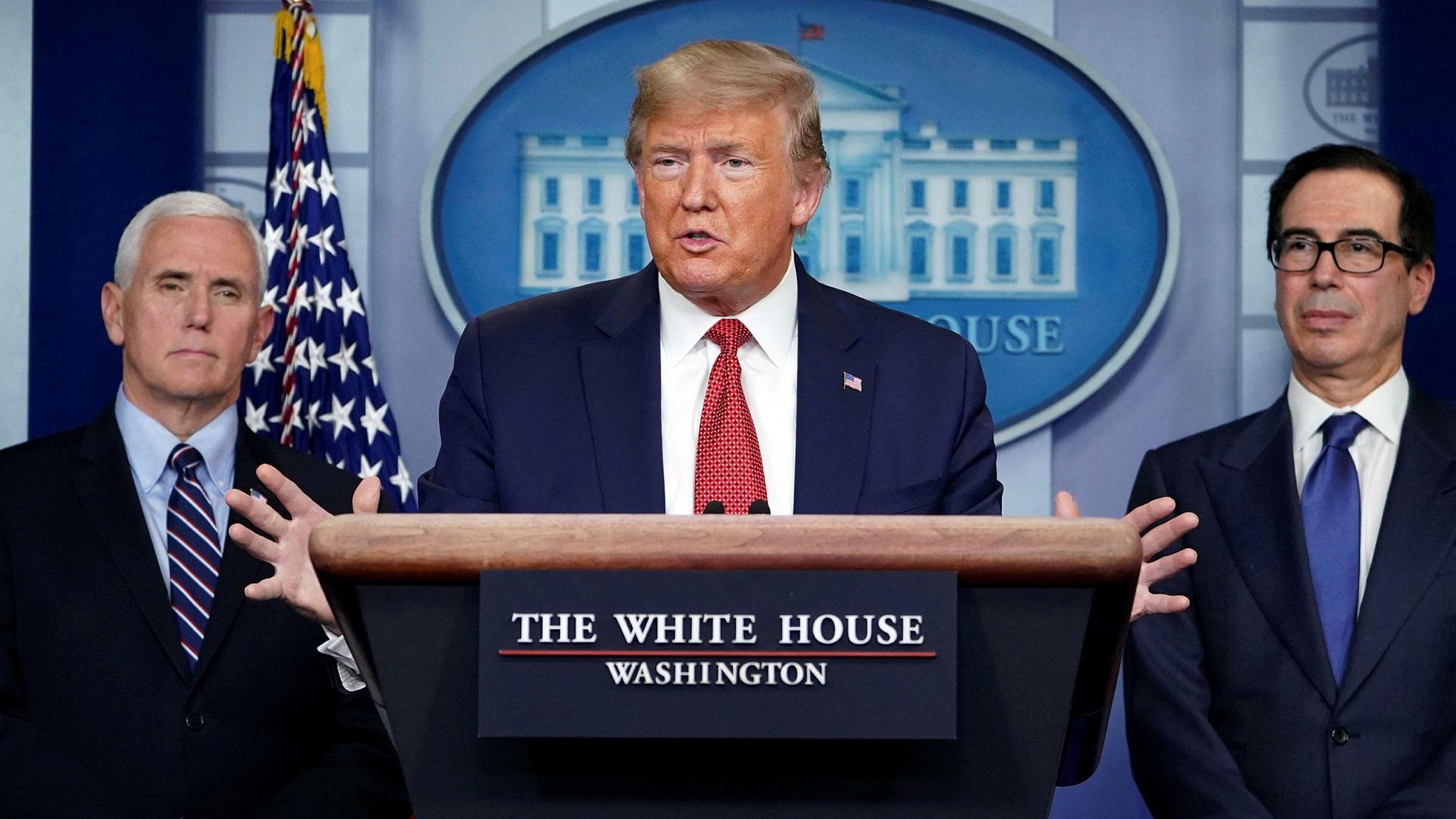 President Donald Trump (i midten) under en pressekonferanse onsdag kveld norsk tid. Til høyre finansminister Steven Mnuchin, til venstre visepresident Mike Pence. Trump hevdet på pressekonferansen at «ingen har testet flere for korona».