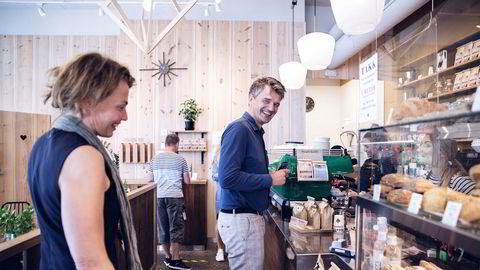 Vipps-sjef Rune Garborg bruker kaffebaren på gateplan i Bjørvika i Oslo til å teste ut en ny betalingsmåte i butikk – med QR-kode. Han og finansdirektør Merete Stigen finner enn så lenge mest vekst innen netthandel.