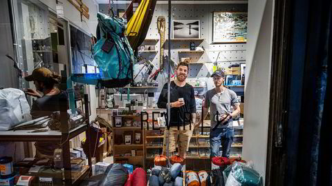 Etter gode tall for sommermånedene ser gründer Richard Lawson (til høyre) og daglig leder Magnus Jørgensen i nisjebutikken Revir muligheten til å tenke på nye prosjekter. De ønsker blant annet å utvide.