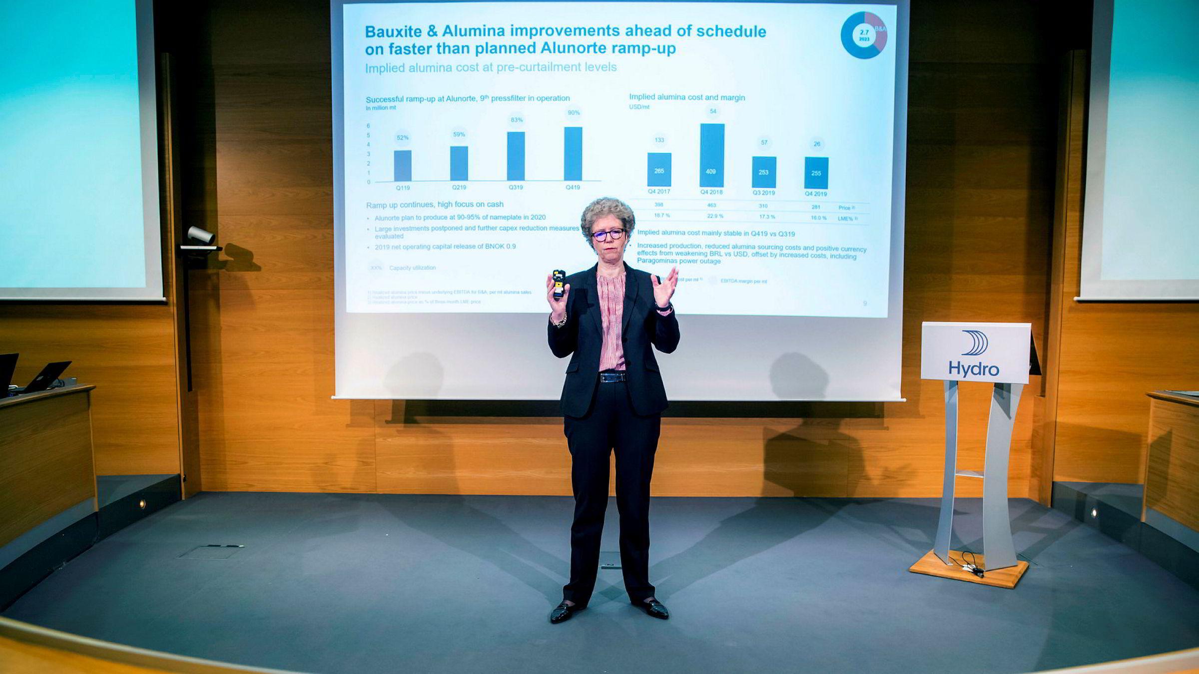 Hydros konsernsjef Hilde Merete Aasheim legger frem de skuffende resultatene på en kombinert analytikerpresentasjon og pressekonferanse ved Hydros hovedkontor i Oslo fredag morgen.