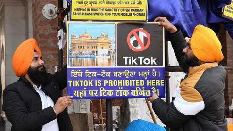 TikTok er forbudt her, heter det på skiltet foran det gylne tempel i Amritsar. Den indiske regjering har forbudt bruk av den kinesiske appen – angivelig av sikkerhetsgrunner.