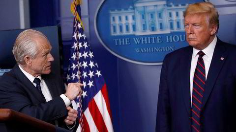 Peter Navarro (til venstre) advarte president Donald Trump om katastrofale konsekvenser av koronaviruset i slutten av januar.