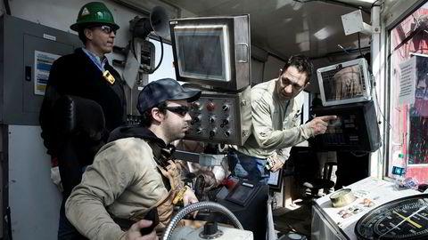 Håkon Skjelvik (med hjelm) fra norske Tomax inne i kontrollrommet på en landrigg i Midland i Texas.  Her sammen med Raul Reza (til høyre), sjef for borevirksomheten på en borerigg fra Sidewinder Drilling.