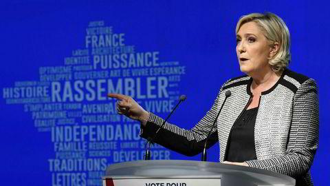 Leder for ytre-høyre-partiet Nasjonal Samling, Marine Le Pen, taler etter at navnebyttet ble vedtatt.