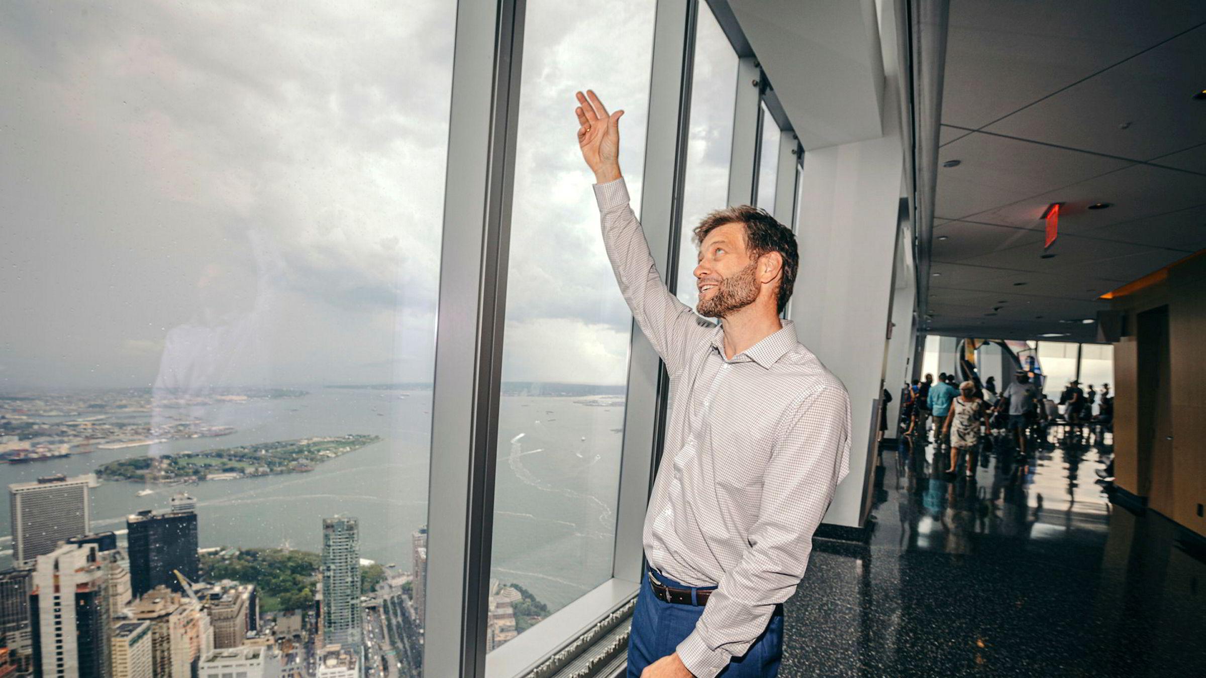 Christer af Geijerstam viser hvor, og hvordan, nye havvindmøller i New York settes sammen av Equinor. Fra taket av One World Trade Center ses store deler av havnen, og her håper direktøren å bygge flere vindprosjekter de neste ti årene.