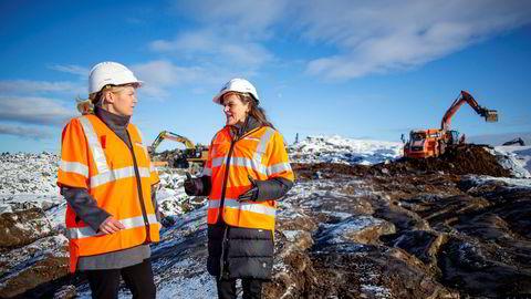 Det er behov for registre som har kontroll på hvor mye emballasje som er på markedet, skriver Jaana Røine (til høyre). Her sammen med gjenvinningssjef Lisa Sollie Moen i Fortum.