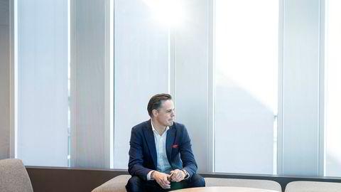 Kommunikasjonsdirektør Even Westerveld lanserer en «Vær varsom-plakat» for innholdsmarkedsføring i DNBs kommunikasjonsavdeling. – Selv om vi låner journalistiske virkemidler, må vi være dønn ærlige på at det er oss som kommersiell aktør som står bak, sier han.