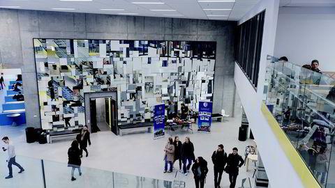 Ved Norges Handelshøyskole i Bergen er det opprettet programmet Internship Abroad for å gi studentene uttelling i studiepoeng for å gjennomføre arbeidspraksis i utlandet.