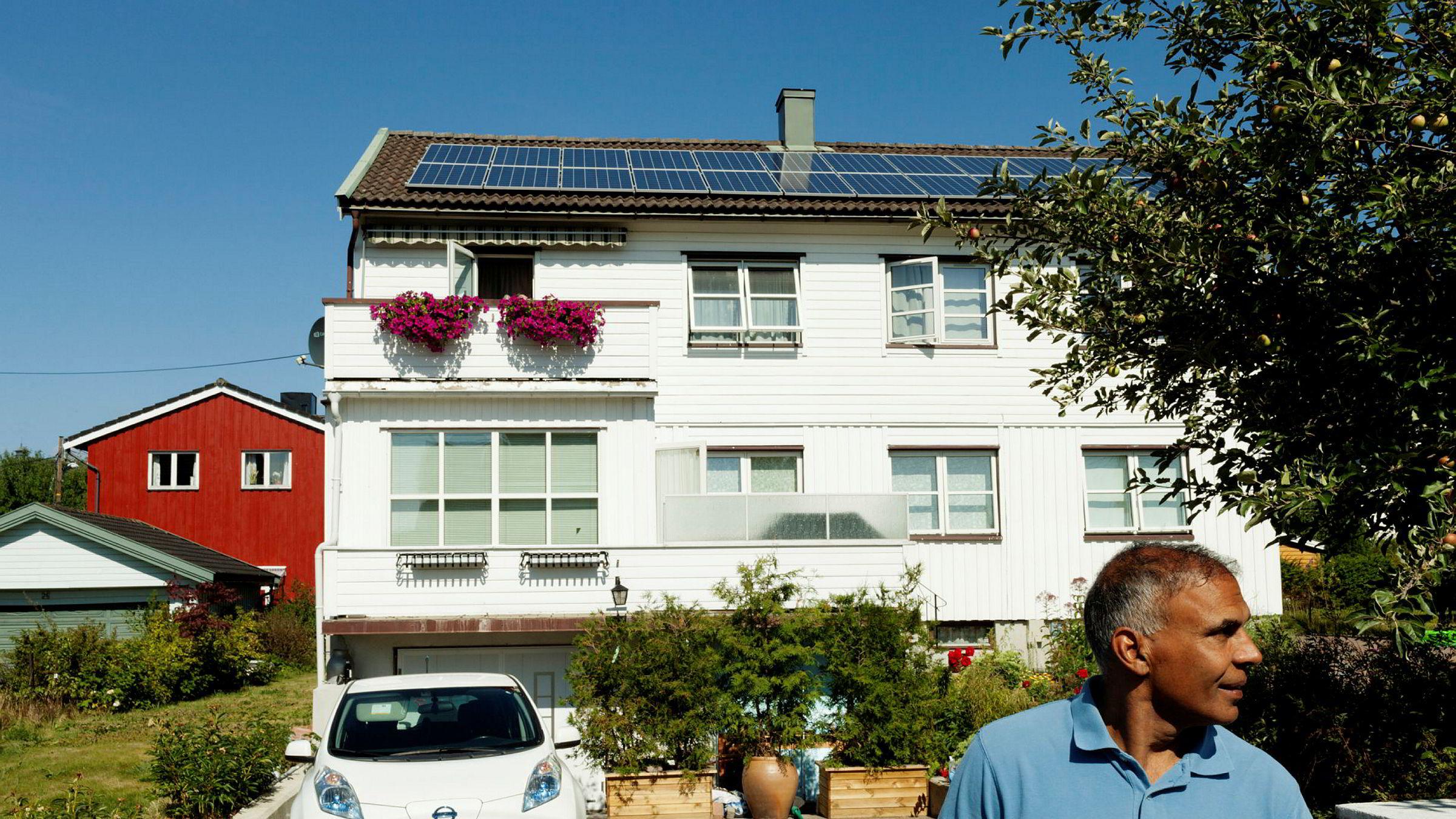 Shafeeq Mohammad kjører elbil og har solcellepanel installert på taket. – Jeg er en miljøforkjemper, sier han.
