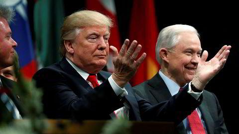 PResident Donald Trump og justisminister Jeff Sessions under avgangssermonien ved FBI-akademiet i på marinebasen Quantico i Virginia.