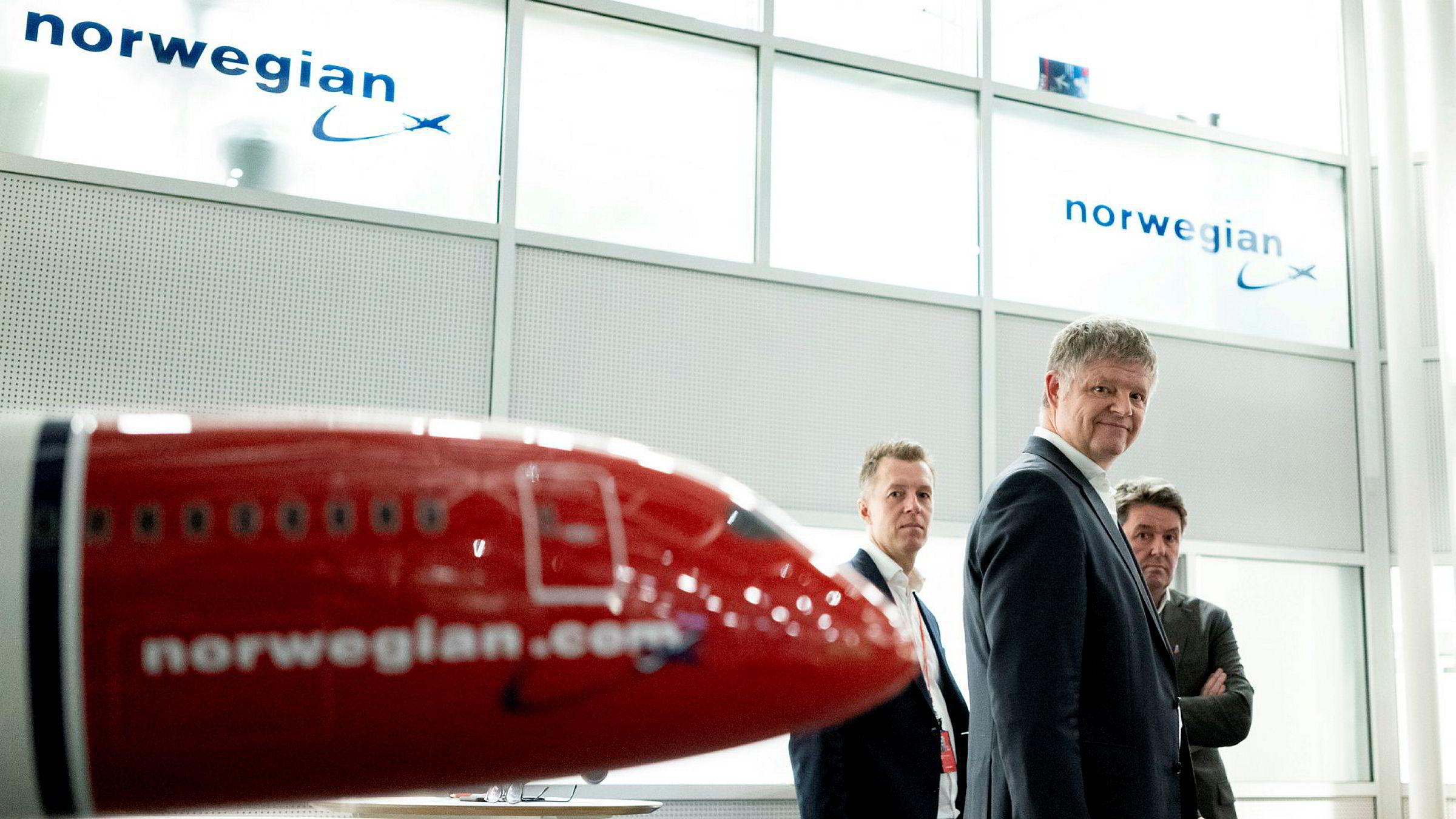 Norwegian-sjef Jacob Schram (i midten) jobber på spreng for å få kreditorer til å godta statens vilkår i krisepakken til flyselskapene. I morgen holder han og finansdirektør Geir Karlsen (til høyre) telefonmøte med mange av dem. Til venstre, informasjonsdirektør Lasse Sandaker-Nielsen.