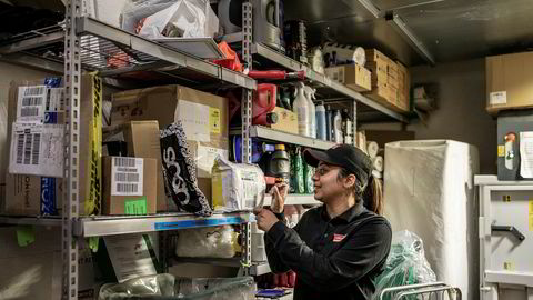– Nå er det mulig å hente pakkene sine når som helst, sier Aina Akhtar, butikkleder for Circle K på Kjeller.