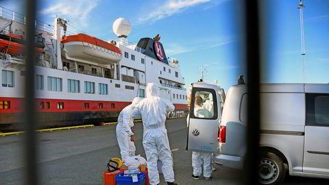 Hurtigruten MS Spitsbergen har lagt til kai i Tromsø og smitte-teamet fra UNN og Tromsø kommune går om bord for å teste alle for Covid-19.
