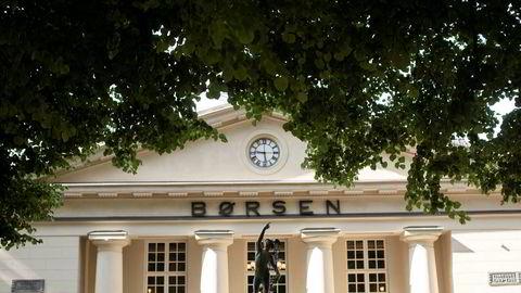Oslo Børs var ned nærmere én prosent etter rundt fem timers handel torsdag.