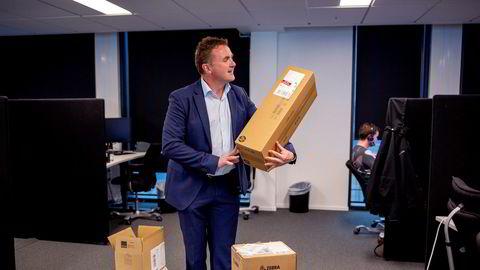 Administrerende direktør i Consignor Group, Peter Thomsen, viser frem etikettene selskapet leverer som sikrer at pakker man har kjøpt på nettet kan spores.
