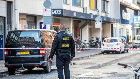 Det er et stort politioppbud utenfor reklamebyrået bak SAS' omstridte reklame torsdag morgen.