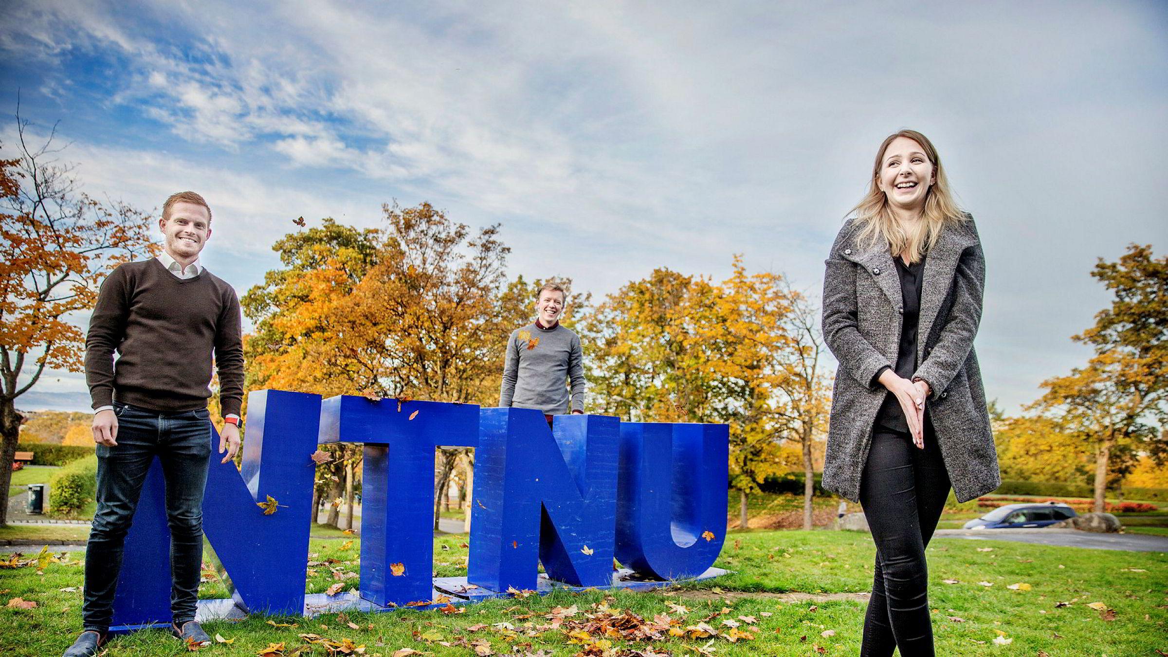 – Siden det er høyt nivå blant studentene på NTNU, er det ekstra vanskelig å få en A her, sier student Sofia Godø. Her med studiekollegene Håkon Ødegaard (til venstre) og Erlend Barstad.