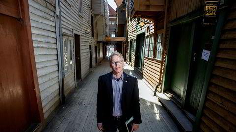 Nils Henrik Geitle, administrerende direktør i De Historiske Hotel og Spisesteder, advarer reiselivet mot å selge seg på billigsalg. Her er han i Bredsgården på Bryggen i Bergen, et område som vanligvis kryr av turister på denne tiden.