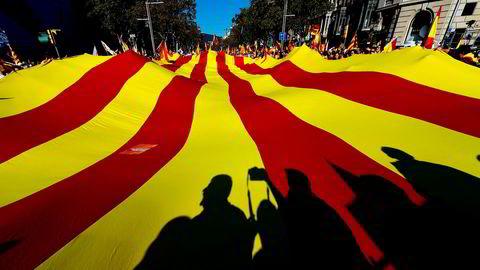 Søndag samlet tilhengere av et samlet Spania seg til demonstrasjon i gatene i Barcelona. Rundt 300.000 personer deltok i demonstrasjonen, opplyser lokale politimyndigheter til BBC.