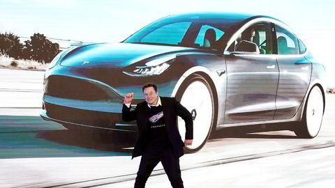 Tesla-grunnlegger Elon Musk tok noen dansetrinn da fabrikken i Kina ble åpnet i januar. Selskapets aksjekurs har steget kraftig under koronapandemien. Det har utløst aksjebonuser verdt 27,5 milliarder kroner for Musk.