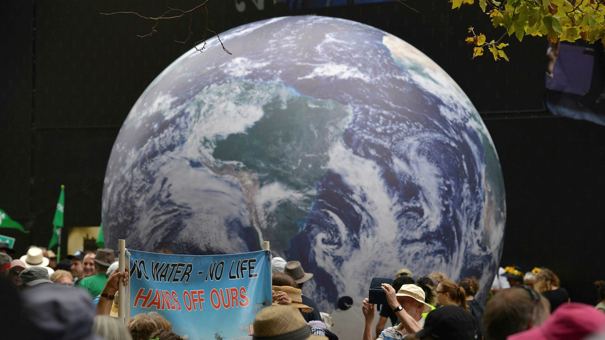 Forskere har for første gang forsøkt å beregne biomassen til alt liv på jorden. Bildet viser en stor ballong som jordkloden under en miljøsammenkomst i Sydney i Australia i vår.