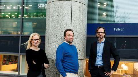 Bizbot-gründer Didrik Egge Martens (i midten) vil gjøre administrativt arbeid enklere for bedrifter. Prosjektleder Lene Haaland Bjørndal i Evolver by BDO til venstre og og daglig leder Karl-Ludvig Mauland i Evolver by BDO til høyre.