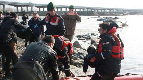 Kryssing av grenseelven Evros mellom Tyrkia og Hellas er svært farlig. Her henter tyrkiske hjelpemannskaper to druknede barn fra elven i februar, etter at en båt kantret og ti flyktninger omkom.