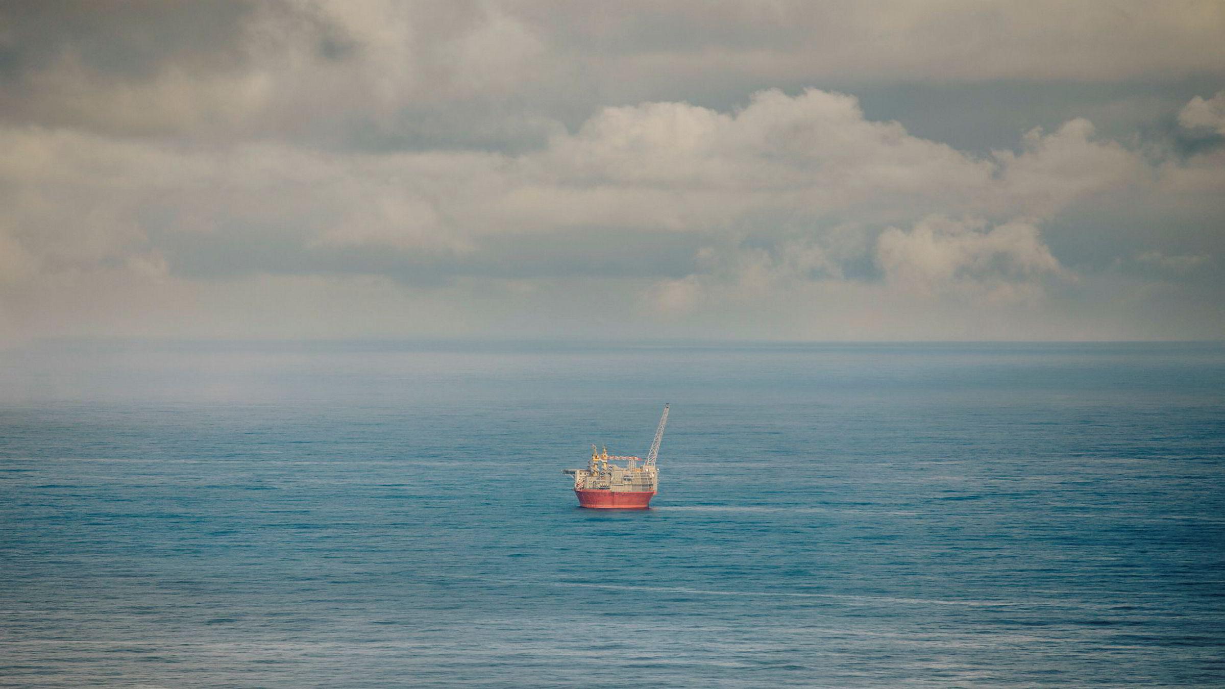 Iskanten vil trekke nordover med isens generelle tilbaketrekning når forvaltningsplanen jevnlig oppdateres med tiden og isens gang, skriver Tor Eldevik i innlegget. Her fra Goliat-feltet i Barentshavet.