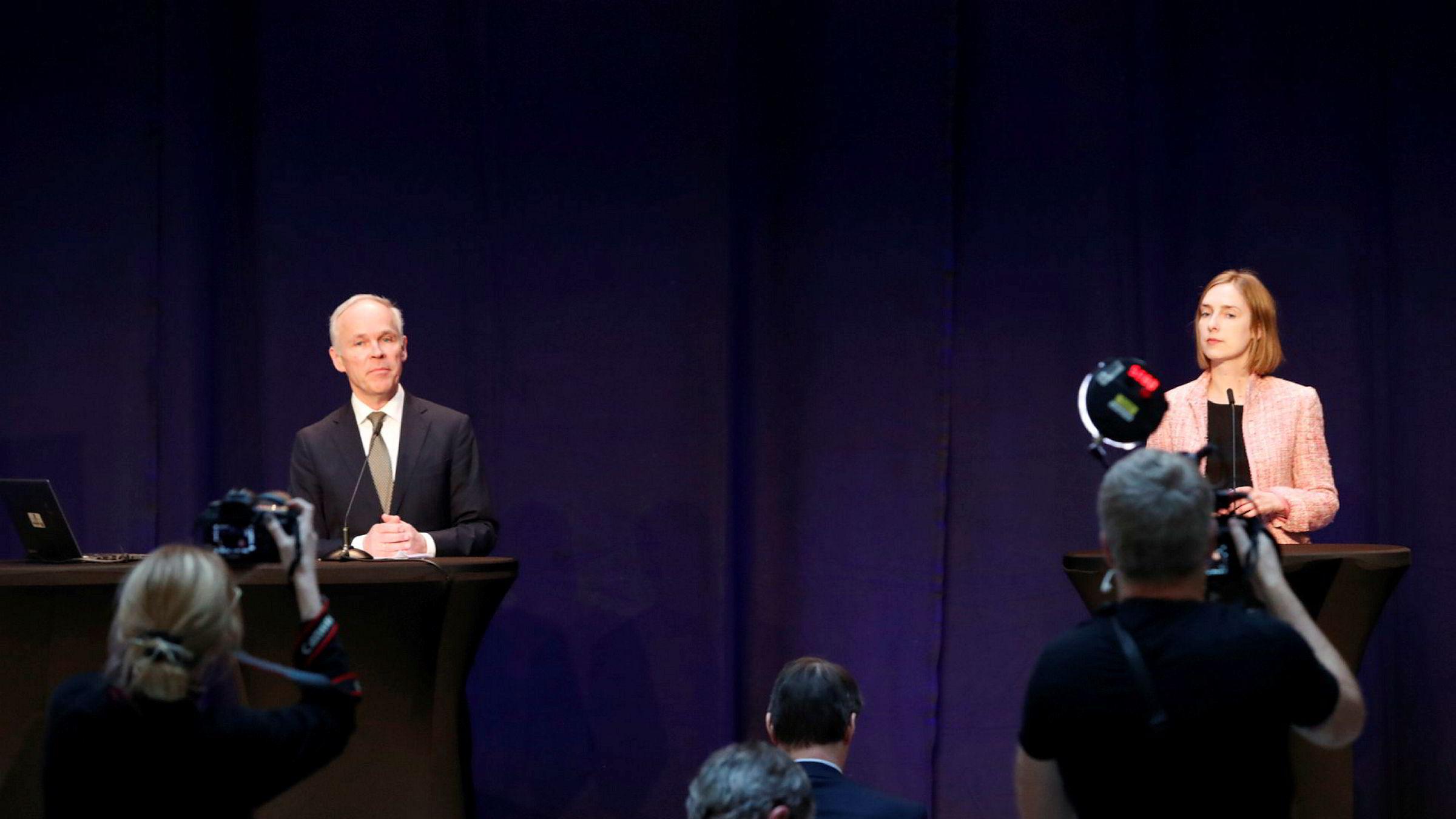 Finansminister Jan Tore Sanner og næringsminister Iselin Nybø legger frem kompensasjonsordningen på en pressekonferanse i begynnelsen av april.