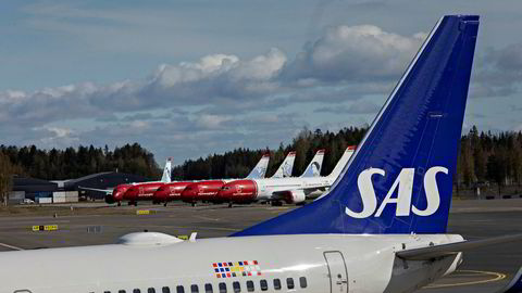 Norwegian- og SAS-fly på Gardermoen. Mens flybransjen er i krise, tilspisses konkurransen i det norske innenriksmarkedet. Det er dårlig nytt for de to selskapene, mener professor.