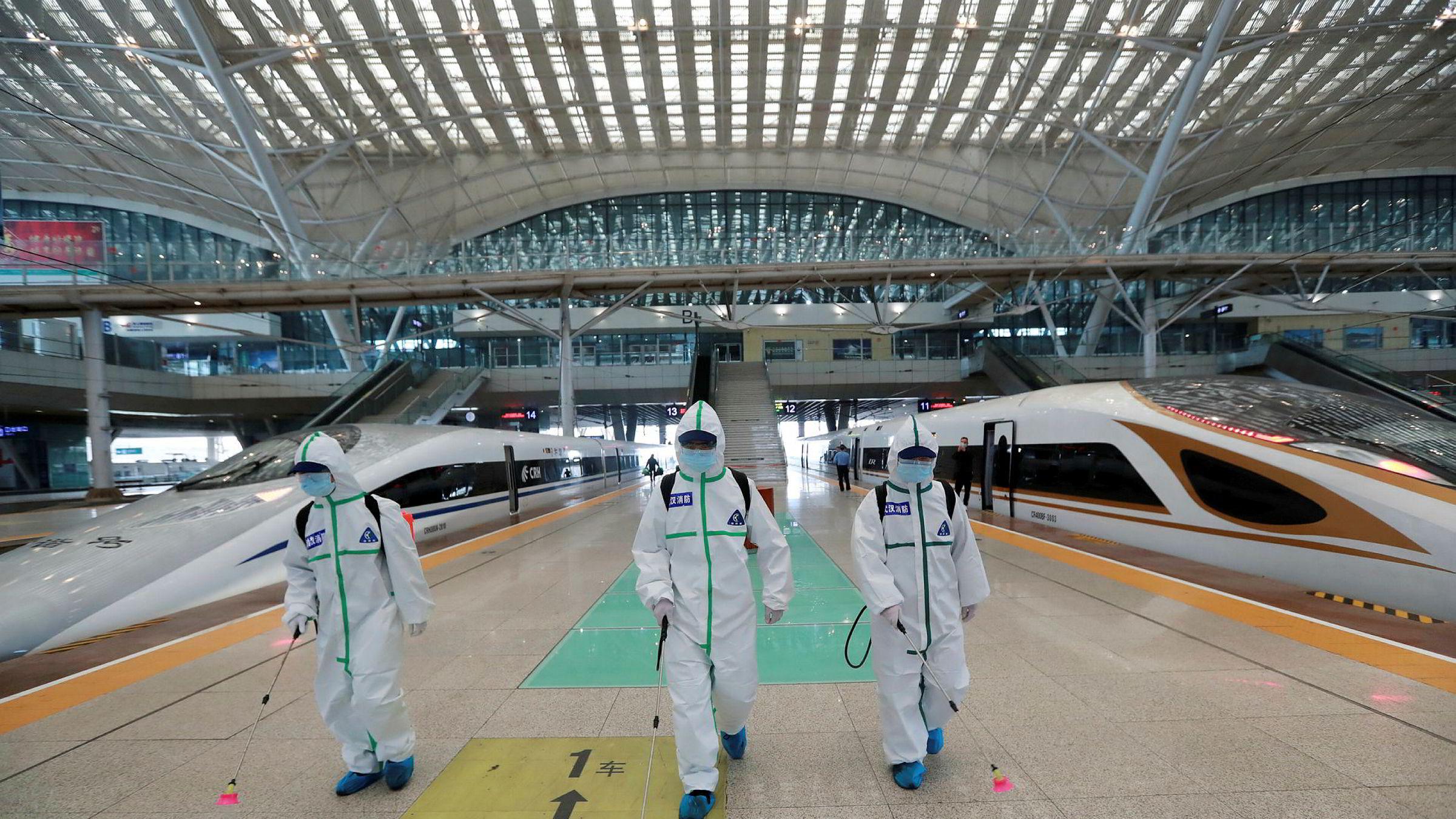 Brannmenn desinfiserer jernbanestasjonen i Wuhan i Kina. Estimater tyder på at restriksjonene i Kina har spart flere liv takket være mindre forurensning, enn antallet som har dødd av viruset.