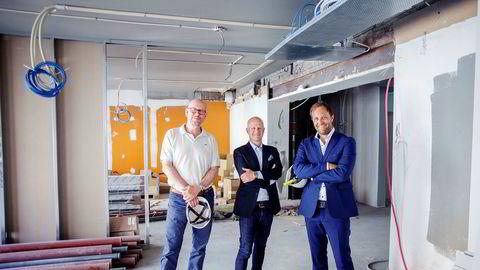 Bård Hammervold (i midten) går fra jobben som partner i Geelmuyden Kiese til ny jobb i det nye pr-byrået til Kjetil Try (til venstre) og Sindre Beyer.