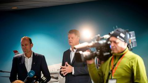 Norwegians styreleder Niels Smedegaard (til venstre) og toppsjef Jacob Schram jobber intenst med å få långivere til å godta en kriseplan, men frykter tiden er for knapp. Her fra en pressekonferanse i fjor høst, da Schram ble presentert som arvtaker etter Bjørn Kjos.