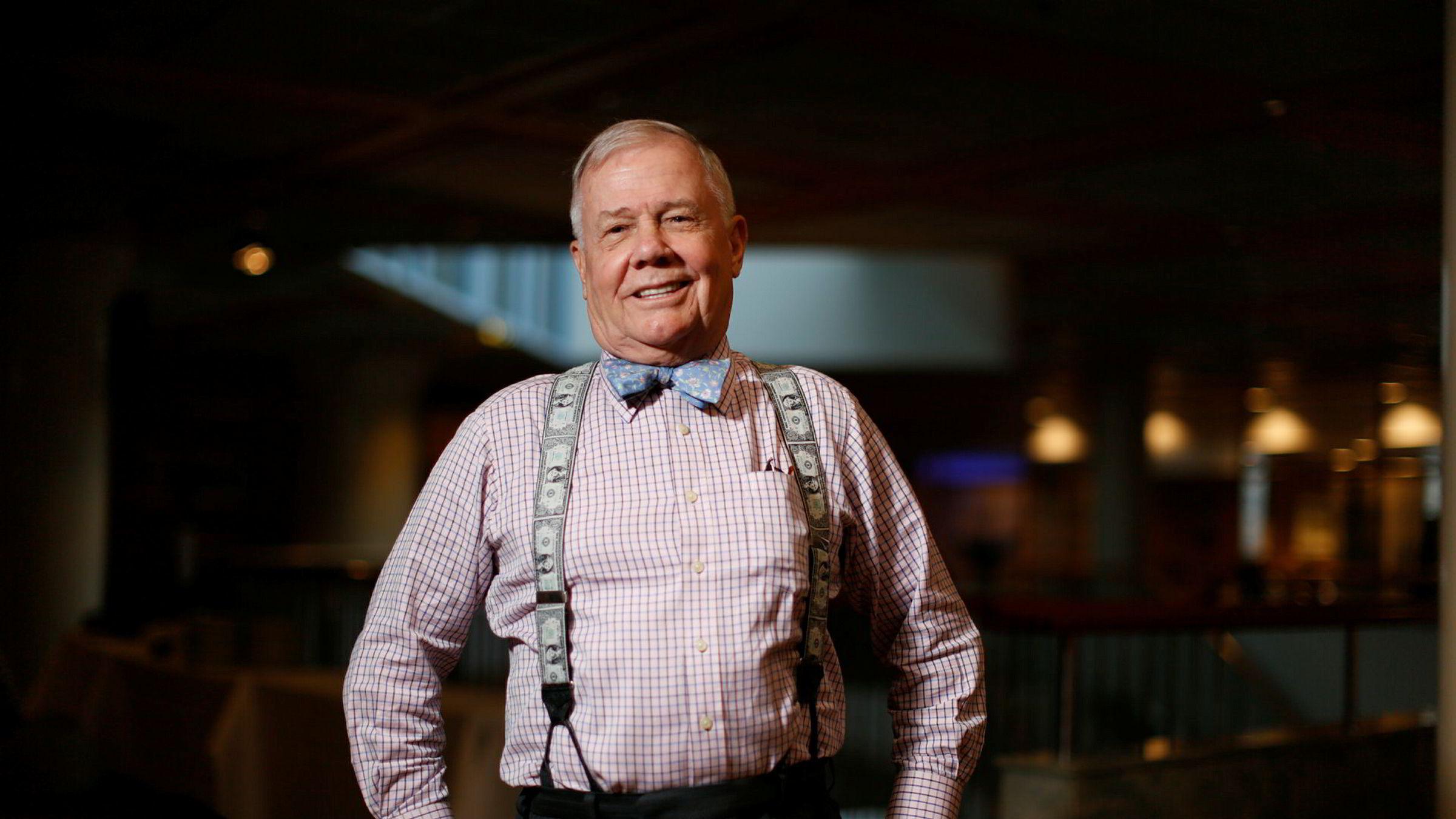 Investorlegende Jim Rogers er sikker på at det vil komme et gedigent krakk, selv om det kanskje ikke kommer akkurat nå. Her poserer han på Skagenfondenes Nyttårskonferanse i 2014.