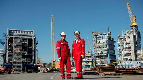På kaien står verftstoppene Jan T. Narvestad (til høyre) og Johar Mæhle og gliser. For to år siden, da oljeprisen var nede i 27 dollar, var 150 ansatte ved verftet permitterte og de resterende lurte på hvor lenge de hadde jobb. Nå, med en oljepris på rundt 75 dollar, er alt snudd på hodet.