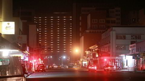 Rykter om militærkupp i Zimbabwe tilbakevises. Bildet viser Robert Mugabes gate i Harare i natt der nyhetsbyrået The Associated Press så tre stridsvogner med en rekke soldater, i konvoi på vei til en militærforlegning rett på utsiden av byen.