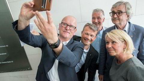 Statens personaldirektør Gisle Norheim sørget torsdag ettermiddag for et gruppebilde etter at det ble klart streiken i staten ble avverget. Fra venstre Pål Arnesen (YS Stat), Petter Aaslestad (Unio stat), Egil Andre Aas (LO Stat) og Monica Mæland, kommunal- og moderniseringsminister.