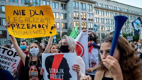 Demonstrasjon i Warszawa mot å gå ut av Istanbul-konvensjonen. Plakaten sier «Nei til legalisering av partnervold».
