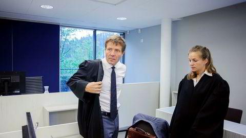 Advokat Christian B. Hjort og advokatfullmektig Sara Hambro forsvarer Dag Tore Sekkelsten i retten. Kongsberg har aldri vunnet en kontrakt i utlandet uten bruk av agenter, hevder Sekkelsten.