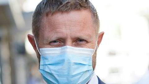Helse- og omsorgsminister Bent Høie (H) jobber denne helgen med å bestemme hvilke nye koronatiltak som skal innføres for å begrense den økende smitten. Foto: Lise Åserud / NTB