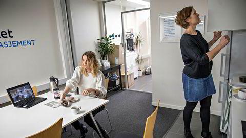 For å holde kontakten med de permitterte ansatte er det felles lunsj på video hver fredag, forteller daglig leder Lena Vonka (t.v.). Til vanlig er de syv på kontoret, men nå er det bare henne og personalkonsulent Lisa Fretheim.