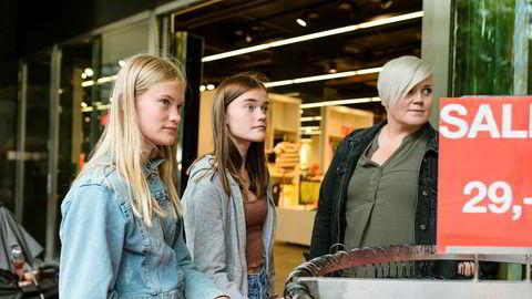 Denne Cubus-butikken på Stortorvet er en av flere klesbutikker som nå forsvinner ut av Kreditkassen-bygget på Stortorvet. Her har Linda Giltvedt tatt med tantebarna Linnea Giltvedt og Matilde Giltvedt på handletur til Oslo.