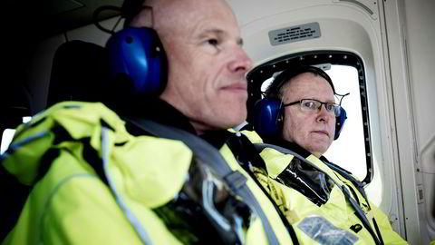 Arne Sigve Nylund (til venstre), konserndirektør, utvikling og produksjon Norge, har sammen med konsernsjef Eldar Sætre vurdert et salg av giganten Statfjord-feltet. Her om bord i helikopter som skal frakte dem ut til Troll A.