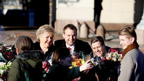 KrFU-leder Edel-Marie Haukland sikret seg en selfie med Kjell Ingolf Ropstad, Knut Arild Hareide og statsminister Erna Solberg på slottsplassen fredag.