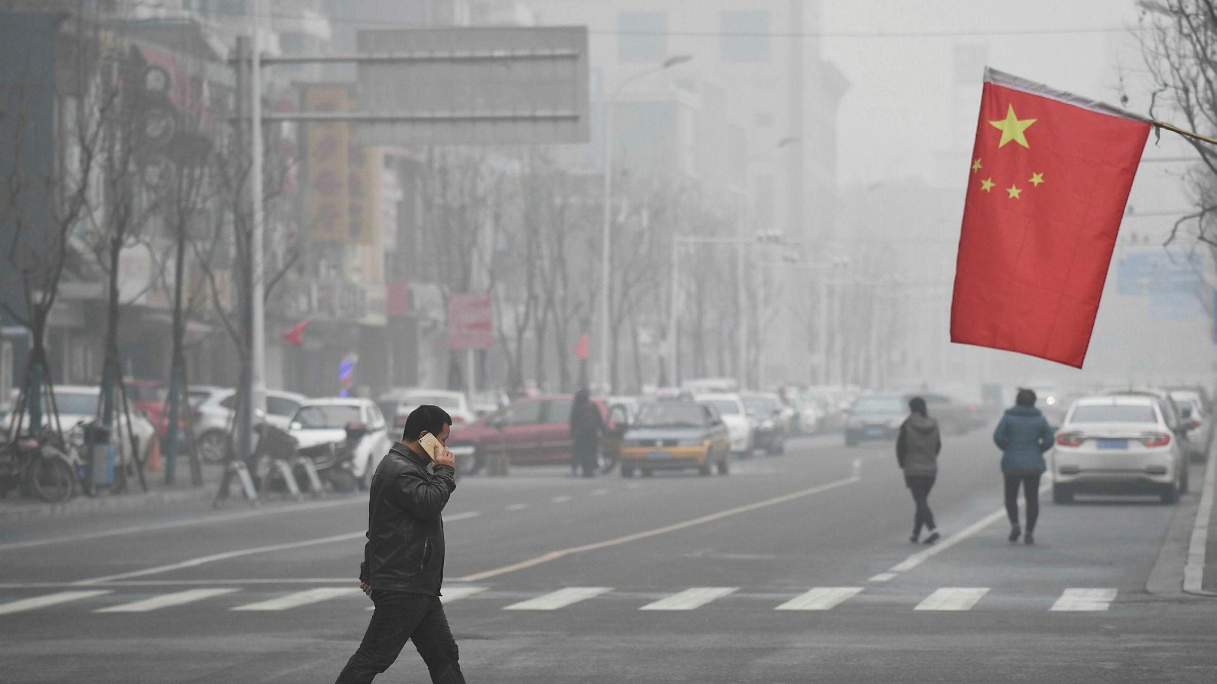 Kina forsøker å redusere forurensningen i storbyene i vintermånedene ved å forby bruk av kull til oppvarming av boliger. En iskald vinter og mangel på gass har ført til protester. Dette kan ramme den økonomiske aktiviteten.