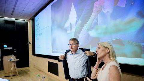 DNB-sjef Rune Bjerke samler nær 7000 ansatte på Fornebu søndag for å legge frem en ny strategi. Samtidig når aksjen ny toppnotering. Her med finansdirektør Kjerstin R. Braathen under halvårspresentasjonen i sommer.