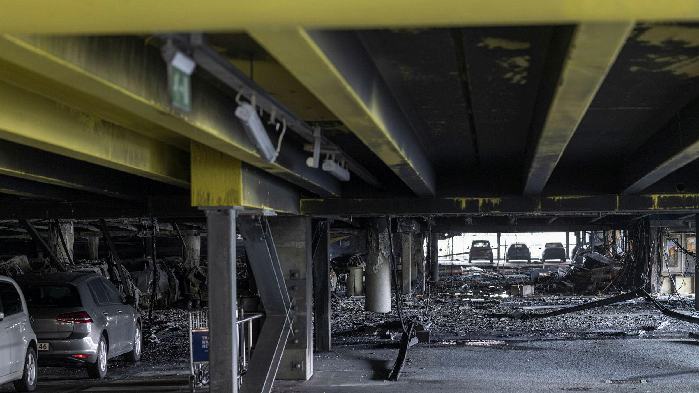 Skadene etter bilbrannen i parkeringshuset på Stavanger Lufthavn Sola sett dagen derpå.